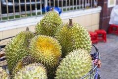 Εμπόριο οδών: durian φρούτα σε ένα καλάθι στοκ φωτογραφία