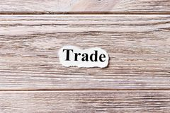 Εμπόριο της λέξης σε χαρτί Έννοια Λέξεις του εμπορίου σε ένα ξύλινο υπόβαθρο Στοκ φωτογραφία με δικαίωμα ελεύθερης χρήσης