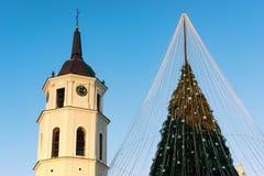 Εμφάνιση Vilnius Λιθουανία πύργων κουδουνιών χριστουγεννιάτικων δέντρων και καθεδρικών ναών Στοκ Εικόνες
