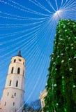 Εμφάνιση Vilnius πύργων κουδουνιών χριστουγεννιάτικων δέντρων και καθεδρικών ναών το βράδυ Στοκ Εικόνα