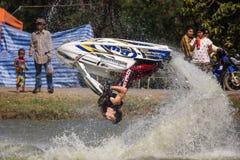 Εμφανίστε στην ελεύθερη κολύμβηση αεριωθούμενη ενέργεια ακροβατικής επίδειξης σκι στοκ εικόνες