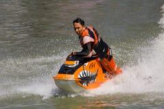 Εμφανίστε στην ελεύθερη κολύμβηση αεριωθούμενη ενέργεια ακροβατικής επίδειξης σκι στοκ φωτογραφία με δικαίωμα ελεύθερης χρήσης