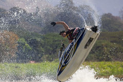 Εμφανίστε στην ελεύθερη κολύμβηση αεριωθούμενη ενέργεια ακροβατικής επίδειξης σκι στοκ εικόνα