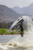 Εμφανίστε στην ελεύθερη κολύμβηση αεριωθούμενη ενέργεια ακροβατικής επίδειξης σκι στοκ φωτογραφία