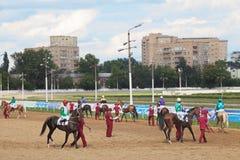 Εμφανίστε jockeys και άλογα στοκ εικόνες