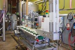 Εμφιάλωση της κονσερβοποιώντας μηχανής στο ζυθοποιείο Στοκ φωτογραφία με δικαίωμα ελεύθερης χρήσης