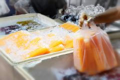 Εμφιαλωμένος παγωμένος φρέσκος οργανικός χυμός από πορτοκάλι στην αγορά στοκ εικόνα με δικαίωμα ελεύθερης χρήσης