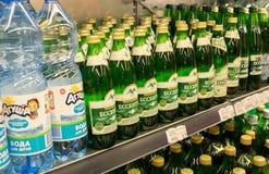 Εμφιαλωμένο μεταλλικό νερό ` Essentuki ` για την πώληση στην υπεραγορά στοκ φωτογραφία με δικαίωμα ελεύθερης χρήσης