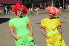 Εμψυχωτές δραστών κοριτσιών της ημέρας στα κοστούμια των ηρωΐδων των ιαπωνικών ταινιών ζωτικότητας Στοκ Εικόνα