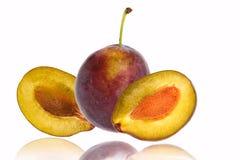 Ενάμισι από τα μπλε φρούτα δαμάσκηνων που απομονώνονται στο άσπρο υπόβαθρο στοκ εικόνα με δικαίωμα ελεύθερης χρήσης