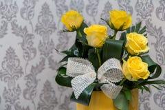 ενάντια άσπρο σε κίτρινο τριαντάφυλλων ανασκόπησης απομονωμένο ανθοδέσμη Στοκ φωτογραφίες με δικαίωμα ελεύθερης χρήσης