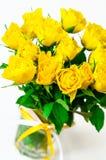ενάντια άσπρο σε κίτρινο τριαντάφυλλων ανασκόπησης απομονωμένο ανθοδέσμη Στοκ Φωτογραφία