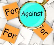 Ενάντια για Post-It τα έγγραφα σημαίνουν ότι διαφωνήστε με ή υποστήριξη Στοκ φωτογραφίες με δικαίωμα ελεύθερης χρήσης