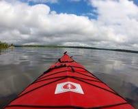 ενάντια στα βουνά καγιάκ ανασκόπησης κοντά στο zhiguli ύδατος του Βόλγα samara ποταμών Στοκ φωτογραφία με δικαίωμα ελεύθερης χρήσης