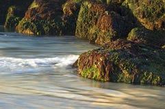 ενάντια στα κύματα βράχων Στοκ φωτογραφία με δικαίωμα ελεύθερης χρήσης