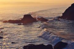 ενάντια στα συντρίβοντας κύματα βράχων Στοκ Εικόνες