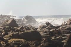 ενάντια στα συντρίβοντας κύματα βράχων Στοκ φωτογραφία με δικαίωμα ελεύθερης χρήσης