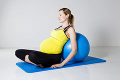 ενάντια στην έγκυο χαλαρώνοντας γυναίκα ικανότητας σφαιρών Στοκ Εικόνα
