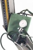 80 120 ενάντια στην αρτηρία αέρα είναι διαστολικός γιατρός μανσετών αίματος βραχιόνιος που η κανονική πίεση αριθμών μετρητών που  Στοκ φωτογραφία με δικαίωμα ελεύθερης χρήσης