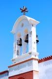 ενάντια στην εκκλησία ο σταυρός φάνηκε ουρανός στεγών Στοκ εικόνα με δικαίωμα ελεύθερης χρήσης