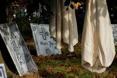 ενάντια στην πλήρη συχνασμένη αποκριές σκηνή κολοκύθας φεγγαριών σπιτιών ροπάλων Στοκ φωτογραφία με δικαίωμα ελεύθερης χρήσης