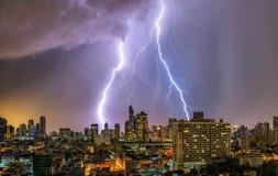 ενάντια στην πόλη ανασκόπησης τα σκοτεινά θλιβερά σπίτια πλαισίων λάμψης άφησαν στην αστραπή δευτερεύον thunderstorm ουρανού στοκ εικόνες με δικαίωμα ελεύθερης χρήσης