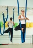 Ενάντια στη βαρύτητα άσκηση γιόγκας γυναικών Στοκ Εικόνες