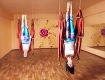 Ενάντια στη βαρύτητα γιόγκα στην αιώρα Στοκ φωτογραφία με δικαίωμα ελεύθερης χρήσης