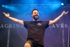 Ενάντια στη ζώνη μουσικής κυμάτων αποδώστε στη συναυλία Download στο φεστιβάλ μουσικής βαρύ μετάλλου Στοκ Εικόνες