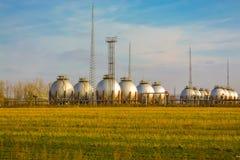 ενάντια στη στενή αποθήκευση ουρανού πετρελαίου ανασκόπησης επάνω στοκ εικόνες