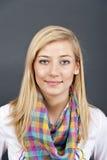 ενάντια στις μπλε νεολαίες γυναικών ανασκόπησης Στοκ φωτογραφία με δικαίωμα ελεύθερης χρήσης