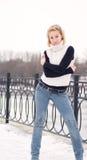ενάντια στις ξανθές νεολαίες γυναικών χιονιού ανασκόπησης στοκ εικόνες