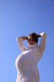 ενάντια στον έγκυο ήλιο κοριτσιών Στοκ εικόνα με δικαίωμα ελεύθερης χρήσης