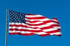 ενάντια στον αμερικανικό μπλε ουρανό σημαιών στοκ εικόνες