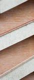 ενάντια στον εξωτερικό κόκκινο τοίχο σκαλοπατιών τούβλου Στοκ εικόνα με δικαίωμα ελεύθερης χρήσης