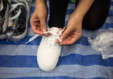 ενάντια στον επιχειρηματία ανασκόπησης που απομονώνεται δέσιμο του σοβαρού λευκού συνεδρίασης παπουτσιών Στοκ Εικόνες