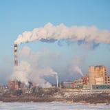 ενάντια στον κρύο ήλιο σταθμών καπνού προγραμμάτων ημέρας παγωμένο γραφικό φωτογραφισμένο επεξεργασμένο θερμικό Παγωμένη (κρύα) η Στοκ εικόνα με δικαίωμα ελεύθερης χρήσης