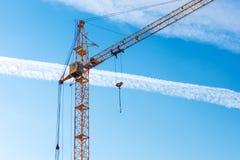 ενάντια στον μπλε ουρανό γερανών κατασκευής Στοκ Φωτογραφία
