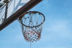 ενάντια στον μπλε ουρανό στεφανών καλαθοσφαίρισης Στοκ εικόνες με δικαίωμα ελεύθερης χρήσης