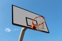 ενάντια στον μπλε ουρανό στεφανών καλαθοσφαίρισης Στοκ φωτογραφία με δικαίωμα ελεύθερης χρήσης
