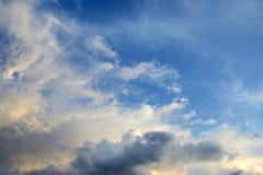 ενάντια στον μπλε ουρανό σύννεφων Στοκ Εικόνες