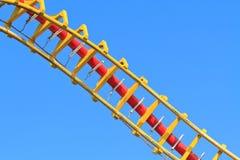ενάντια στον μπλε rollercoaster ουρ&al Στοκ εικόνες με δικαίωμα ελεύθερης χρήσης