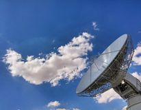 ενάντια στον μπλε δορυφορικό ουρανό κεραιών Στοκ Εικόνα