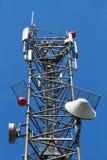 ενάντια στον μπλε δορυφορικό ουρανό κεραιών Στοκ φωτογραφία με δικαίωμα ελεύθερης χρήσης