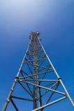 ενάντια στον μπλε δορυφορικό ουρανό κεραιών Στοκ φωτογραφίες με δικαίωμα ελεύθερης χρήσης