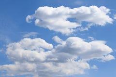 ενάντια στον μπλε ουρανό αεροπλάνων σύννεφων Στοκ Φωτογραφία