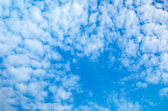 ενάντια στον μπλε ουρανό σύννεφων Για το σχέδιο σύστασης ή Ιστού τέχνης και το υπόβαθρο Ιστού Στοκ Εικόνα