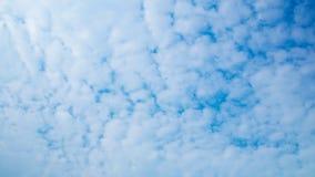 ενάντια στον μπλε ουρανό σύννεφων Για το σχέδιο σύστασης ή Ιστού τέχνης και το υπόβαθρο Ιστού Στοκ Εικόνες