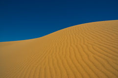 ενάντια στον ουρανό άμμου αμμόλοφων Στοκ εικόνα με δικαίωμα ελεύθερης χρήσης