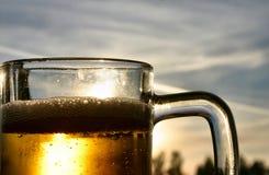 ενάντια στον ουρανό μπύρας Στοκ Εικόνες